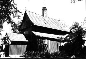 Zabytkowy, mały drewniany kościółek w Długiej Kościelnej.