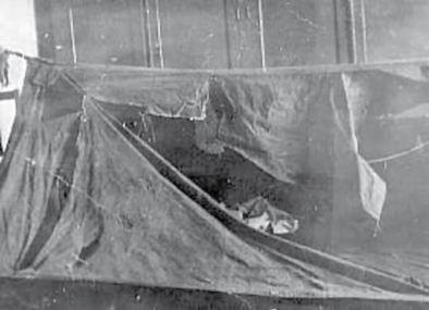 Rozcięty nożem namiot wyprawy