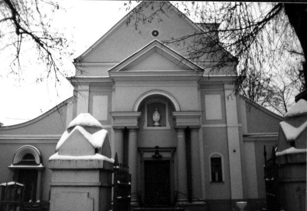 Dość duży, murowany kościół w Strudze.